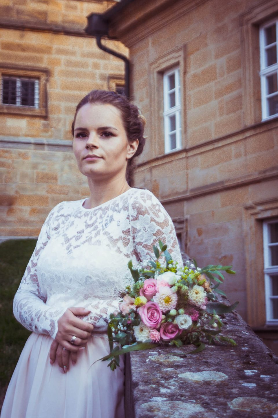 Braut am Sandsteingeländer
